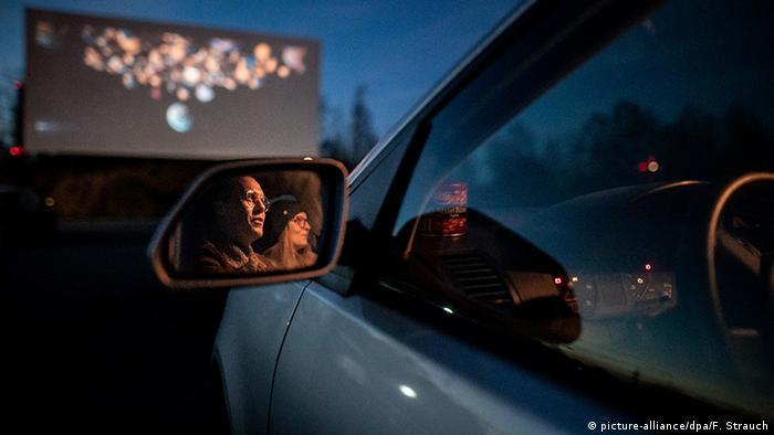 В автомобильном кинотеатре в Эссене нынешней весной полно зрителей