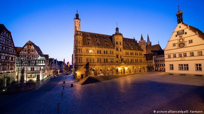Ovaj slikoviti gradić u Bavarskoj u kojem imate utisak kao da ste se vratili u srednji vek, inače broji jedva desetak hiljada stanovnika. Ali mu zato svake godine dolazi 1,9 miliona turista. Veći deo njih su iz Amerike i Azije – a njih u ovim danima praktično nema. Ali to ne znači da je prazan: u njemu sad pretežno uživaju domaći, nemački turisti. I mesta ima...