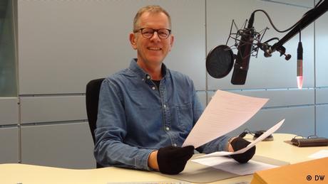 Radiosprecher am Mikrophon (DW)