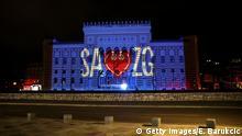 Bosnien und Herzegowina | Erdbeben und Coronakrise: Rathaus in Sarajevo mit Schriftzug SA ZG
