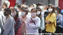 Taiwan | Coronavirus: Menschen mit Gesichtsmasken am Hsing Tian Kong Tempel