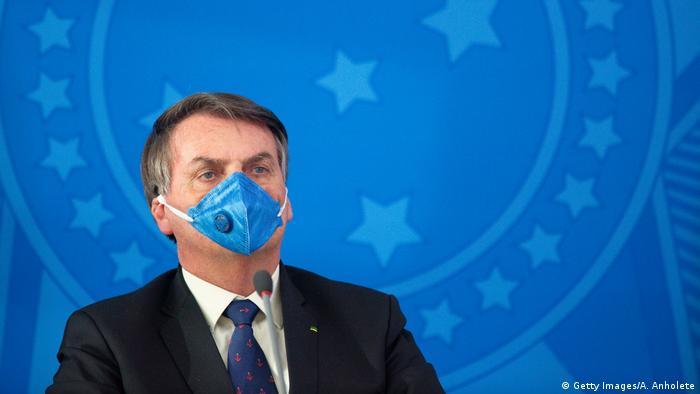 Brasiliens Staatschef Jair Bolsonaro in ihm sicherlich wenig behaglichen Outfit (Foto: Getty Images/A. Anholete)