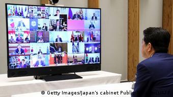 Μέσω τηλεδιάσκεψης είχε γίνει και η προηγούμενη συνάντηση κορυφής του G20 τον Μάρτιο. Στη φωτογραφία η οθόνη στο γραφείο του Ιάπωνα πρωθυπουργού Σίνζο Άμπε.