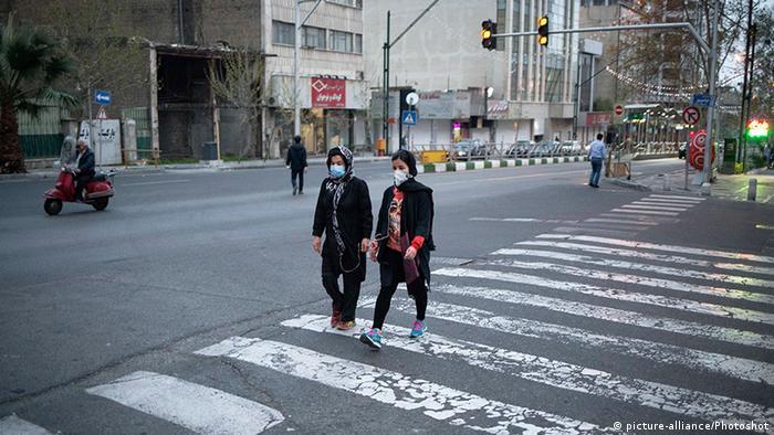 Iran Teheran | Coronavirus | Passanten, Mundschutz