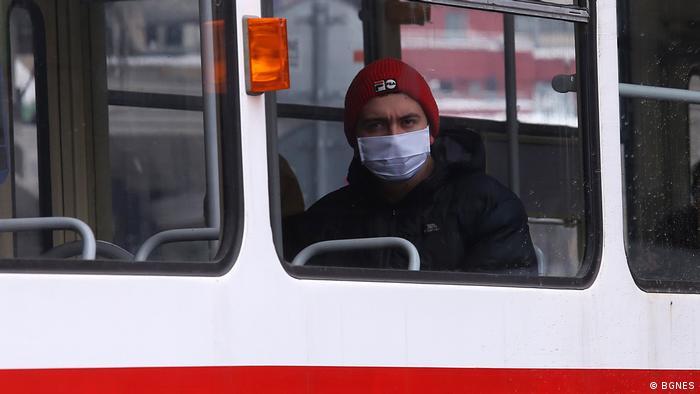 Мъж с предпазна маска в София