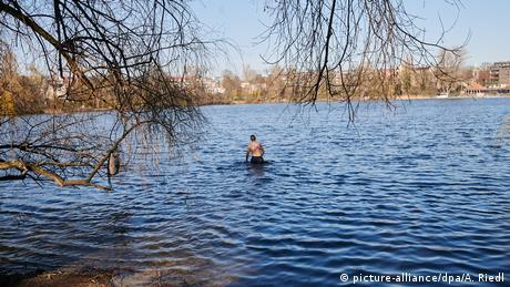 Η άνοιξη ζωντανεύει και τους ανθρώπους στην πρωτεύουσα. Παρά τις ακόμα χαμηλές θερμοκρασίες του νερού, η κολυμβητική περίοδος ξεκινά για κάποιους στους περίπου 6 βαθμούς στη λίμνη Βαϊσενζέε. Μερικοί ελπίζουν σε περιόδους πανδημίας να ενισχύσουν το ανοσοποιητικό τους κάνοντας ένα κρύο μπάνιο.