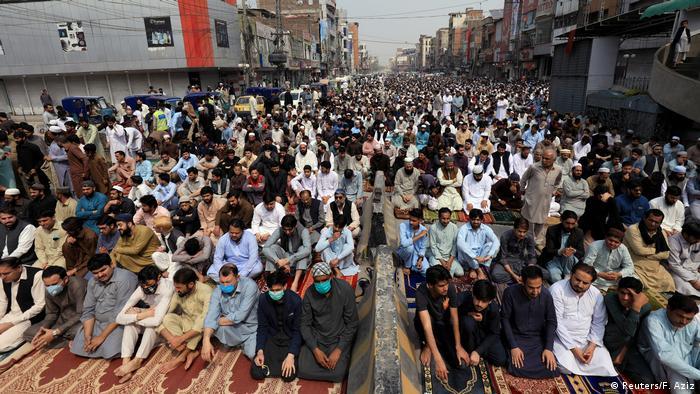 Muslims gather for Friday Prayer in Peshawar amid the coronavirus outbreak (Reuters/F. Aziz)