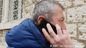 Ein Mann mit dem Handy in Pula Kroatien