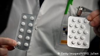 Frankreich Marseille | Medizinisches Personal mit Tabletten (Getty Images/AFP/G. Julien)