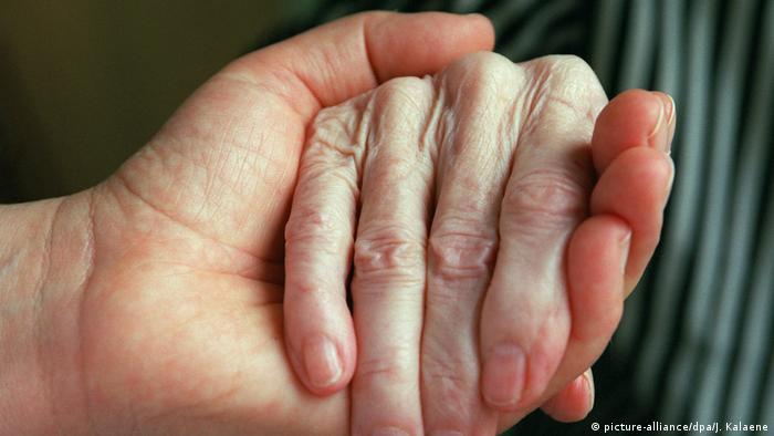 Die helfende Hand (picture-alliance/dpa/J. Kalaene)