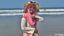 EinschränkungNur in Verbindung mit dem Lehrerporträt verwenden TitelLehrerporträt Diana aus Indonesien BeschreibungPorträtfoto der Lehrerin Diana aus Indonesien am Strand CopyrightPrivat