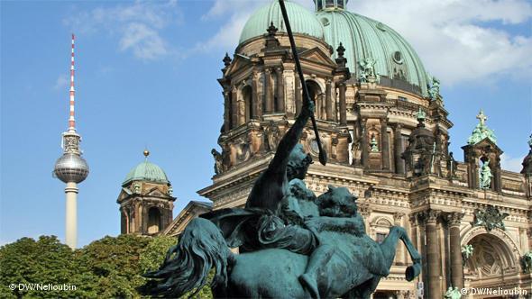 Две смотровые площадки на одной фотографии: Берлинский собор и телевизионная башня у Александерплац