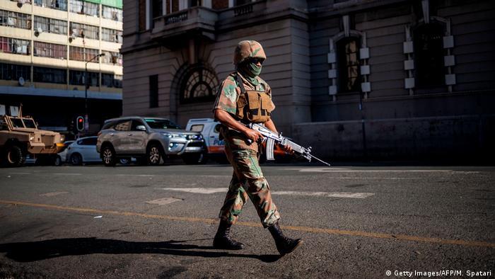 Policial em Johanesburgo, na África do Sul