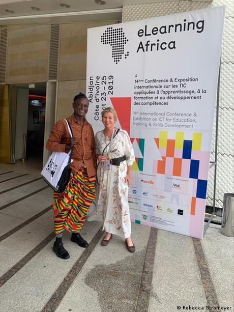 Elfenbeinküste | Rebecca Stromeye - Initiatorin der jährlichen Konferenz eLearning Africa mit einem Konferenzteilnehmer