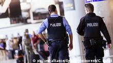 Frankfurt am Mein   Polizisten mit Pistolen am Flughafen