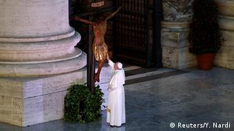 Папа римский Франциск молится за больных COVID-19