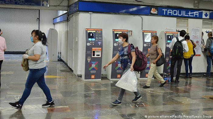 Mexiko Corona-Pandemie Flughafen (picture-alliance/Pacific Press/Eyepix Group)