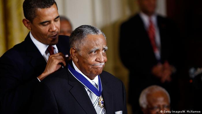Der damalige US-Präsident Barack Obama zeichnet Joseph Lowery im August 2009 mit der Medal of Freedom aus. (Getty Images/W. McNamee)