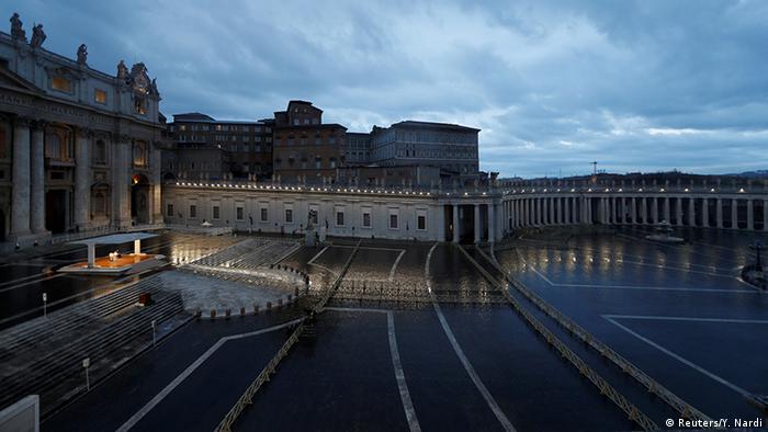 Папа Римський молиться на порожній площі Святого Петра у Ватикані