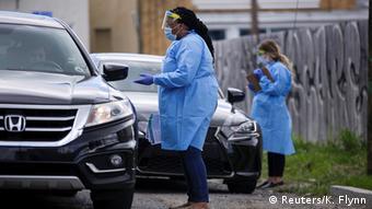 Foto de equipo médico estadounidense revisando carros