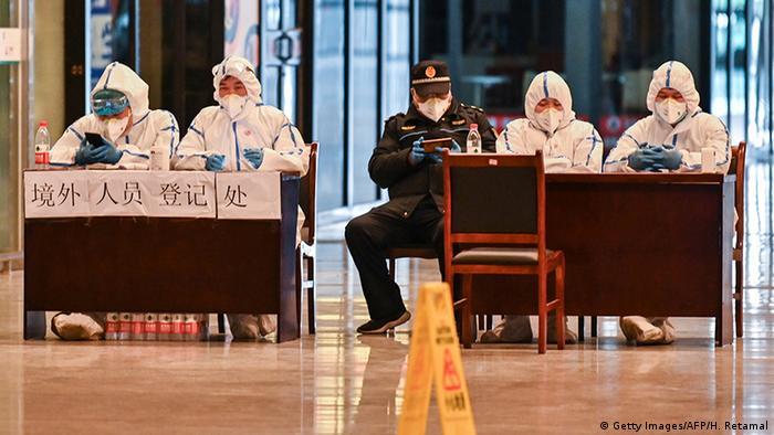 Kontrollpersonal im Bahnhof von Chinas Corona-Hotspot Wuhan (Foto:Getty Images/AFP/H. Retamal)