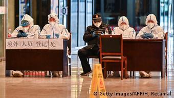 Foto de personal chino en Wuhan