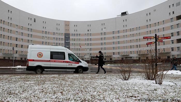 Карета скорой помощи перед Боткинской больницей в Санкт-Петербурге, где проходят лечение несколько пациентов с коронавирусом.