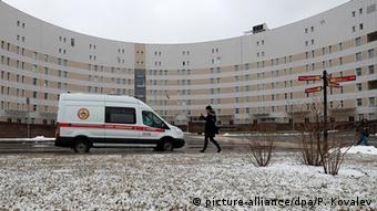 Скорая помощь у здания инфекционной больницы в Санкт-Петербурге