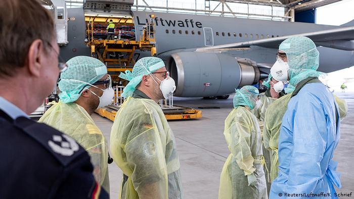 Bundeswehr Personal in medizinischer Schutzkleidung vor Medivac Flugzeug der Luftwaffe auf dem Flughafen Köln/Bonn am 28. März 2020 erwartet Ankunft von Patienten aus Italien