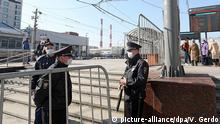 28.03.2020, Russland, Moskau: MOSCOW, RUSSIA - MARCH 28, 2020: Police officers in face masks are seen at Moscow's Kiyevsky Railway Station after the arrival of a special train which took Russian citizens from Kiev, Ukraine. Russia and Ukraine have agreed a deal to briefly resume train connection bet