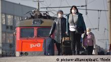 28.03.2020, Russland, Moskau: Mit einem Sonderzug kommen einige der rund 600 Russen, die wegen der geschlossenen Grenze in der Ukraine festsaßen, in der russischen Hauptstadt an. Wegen der Corona-Pand