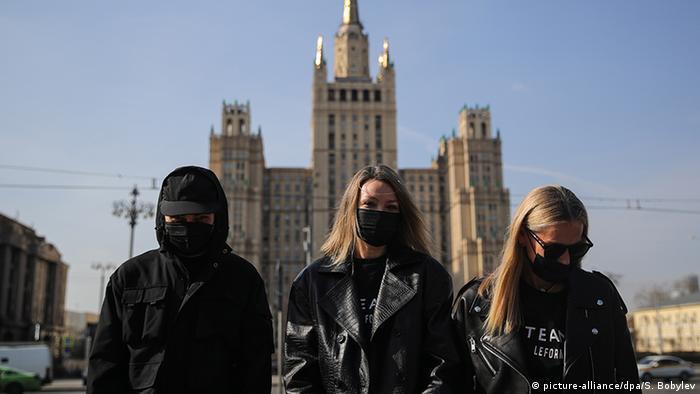 Nicht ohne meine Maske: Jugendliche in Moskau (picture-alliance/dpa/S. Bobylev)