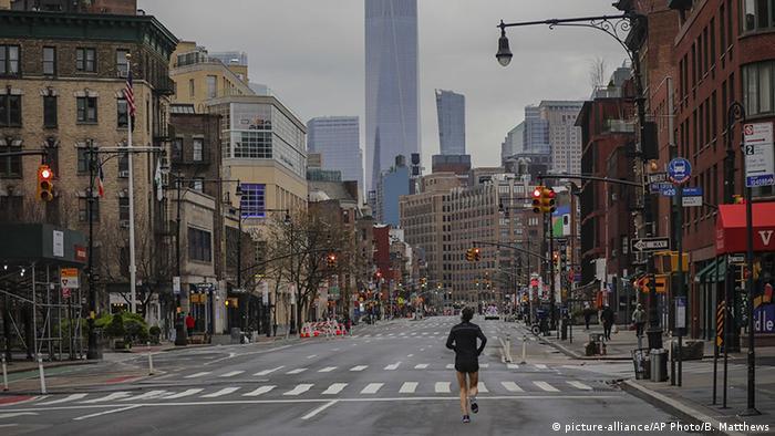 USA Corona-Pandemie New York (picture-alliance/AP Photo/B. Matthews)