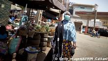 Mali - Frau mit Mundschutz in Bamako