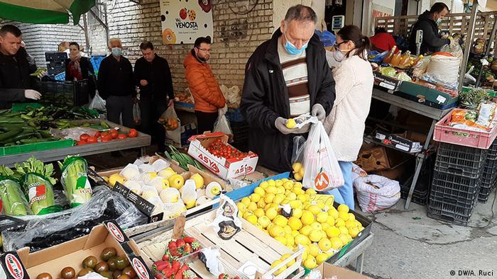 Albanien Tirana - Einkäufe vor Ausgangssperre (DW/A. Ruci)