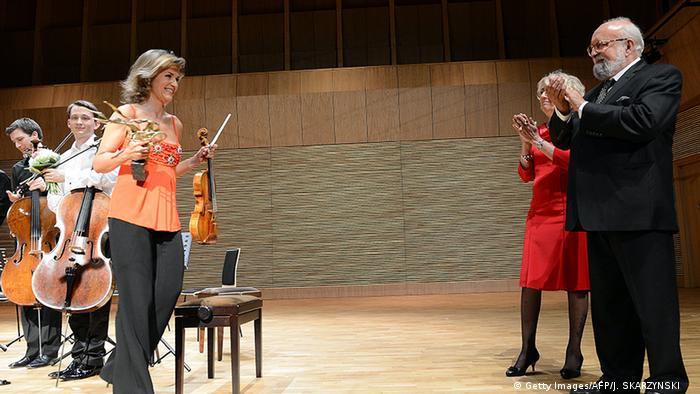 Krzysztof Penderecki applaudiert Anne-Sophie Mutter nach einem Konzert im Mai 2013 in Luslawice in Polen (Foto: Getty Images/AFP/J. SKARZYNSKI)