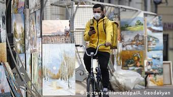Велосипедист в маске на одной из улиц Москвы