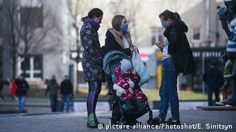 Женщины в масках на улице в Москве