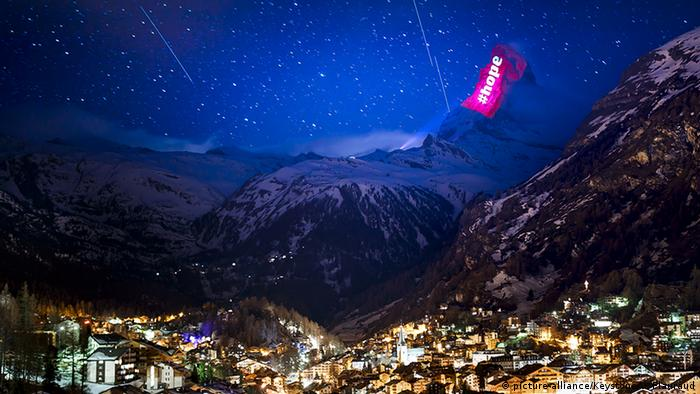 The Matterhorn illuminated by light show in solidarity with coronavirus sufferers (picture-alliance/Keystone/V. Flauraud)