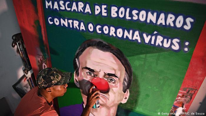 Afiche con una caricatura de Jair Bolsonaro, presidente de Brasil, con nariz de payaso.