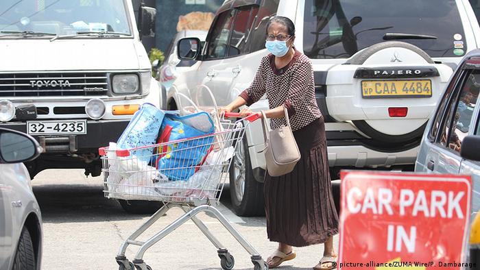 A woman in a mask pushes a shopping cart in Colombo (picture-alliance/ZUMA Wire/P. Dambarage)