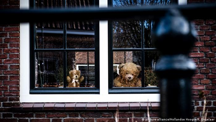 Two teddy bears in a window (picture-alliance/Hollandse Hoogte/R. Engelaar)