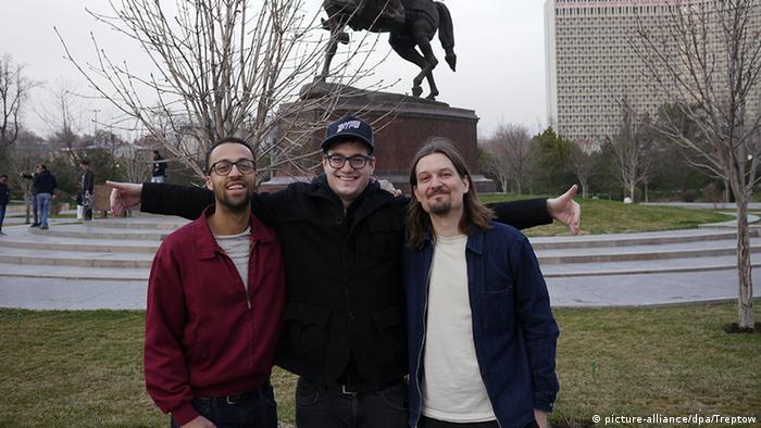 Члены рок-группы Treptow Лукас Линднер (слева) и Филипп Тауберт (справа) и их музыкант Александер Лангнер (в центре)