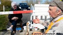Deutschland Dänemark Seniorenpaar trifft sich an der Grenze