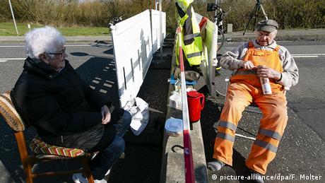 Deutschland Dänemark Seniorenpaar trifft sich an der Grenze (picture-alliance/dpa/F. Molter)