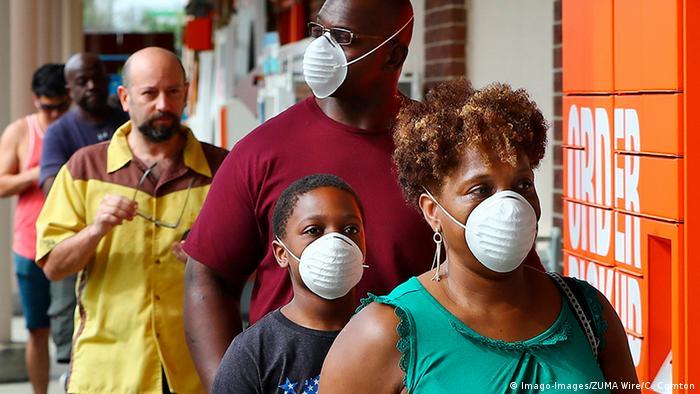 Pessoas com máscara em filas nos EUA