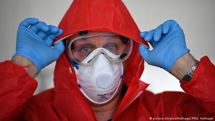 Deutschland Lennestadt Coronavirus Schutzkleidung (picture-alliance/Hufnagel PR/U. Hufnagel)
