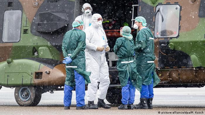 مروحية عسكرية بمطار مولهايم الألماني بعد نقلها لمصابين فرنسيين بكرونا من مدينة ميتس الفرنسية