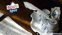 Tintenfass mit Feder und Brief | Bright Spot