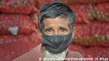 Bangladesh Älterer Mann mit Schutzamaske